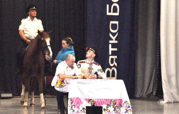Полицейские пересели на лошадь