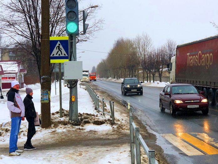 Пешеходы игнорируют новый светофор на улице Грина